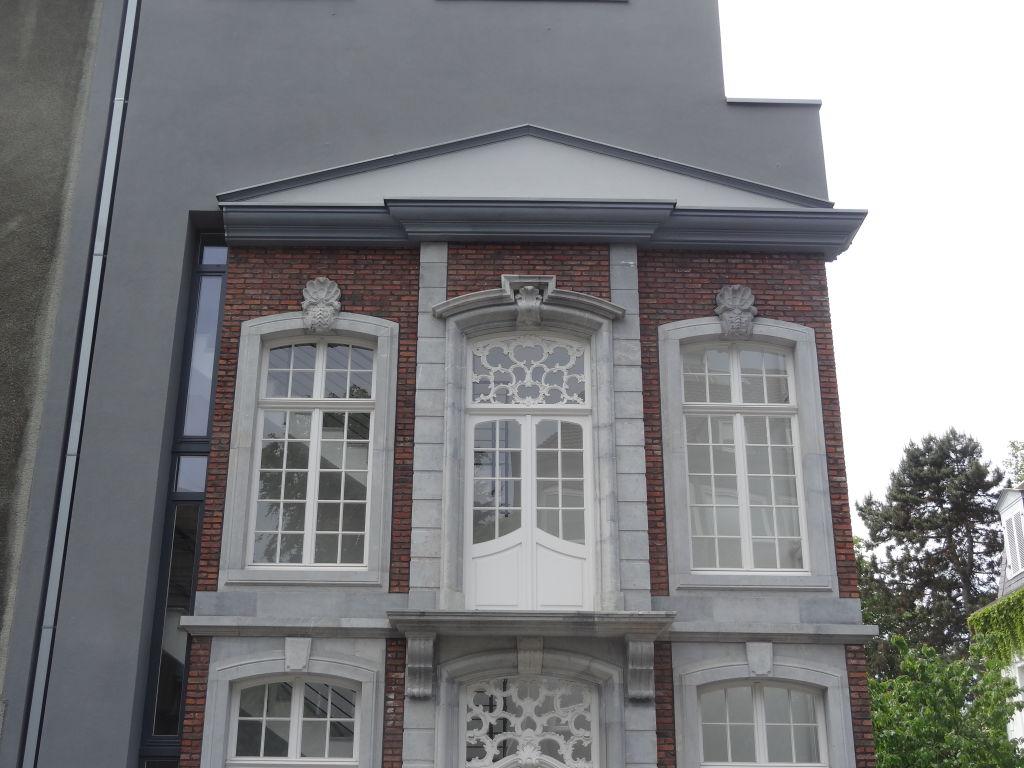 Fenster mit Blausteinumrandung